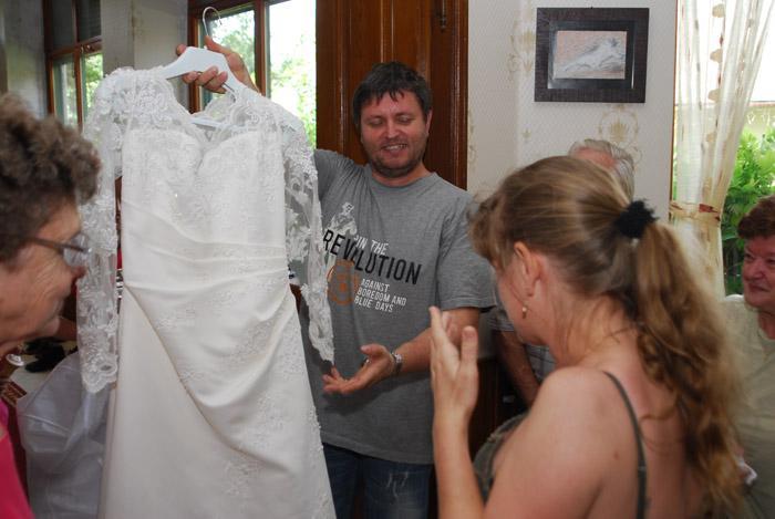 A zsákból egy menyasszonyi ruha került elő 68d191b1cd