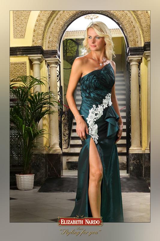 MODELL  Alkalmi-báli ruha 13-165 smaragdzöld krém csipkével elől sliccelt  megoldással eeeab6d553